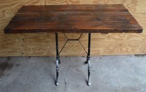 Stoelen tafels en krukjes tafel op gietijzeren onderstel
